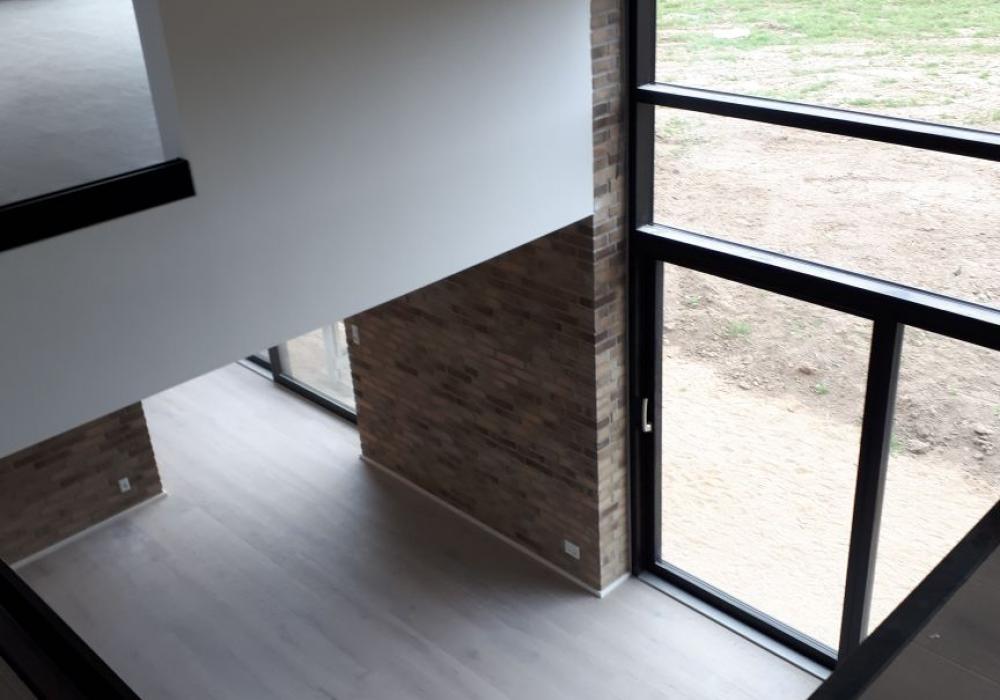 trægulv og murstensvæg