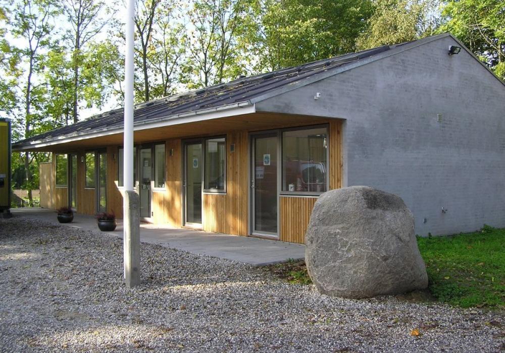 hus med grå murstensvæg og træbrædder