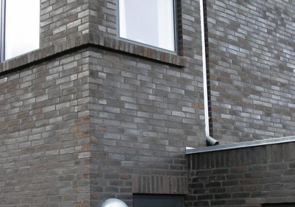 gråbrunt murstenshus