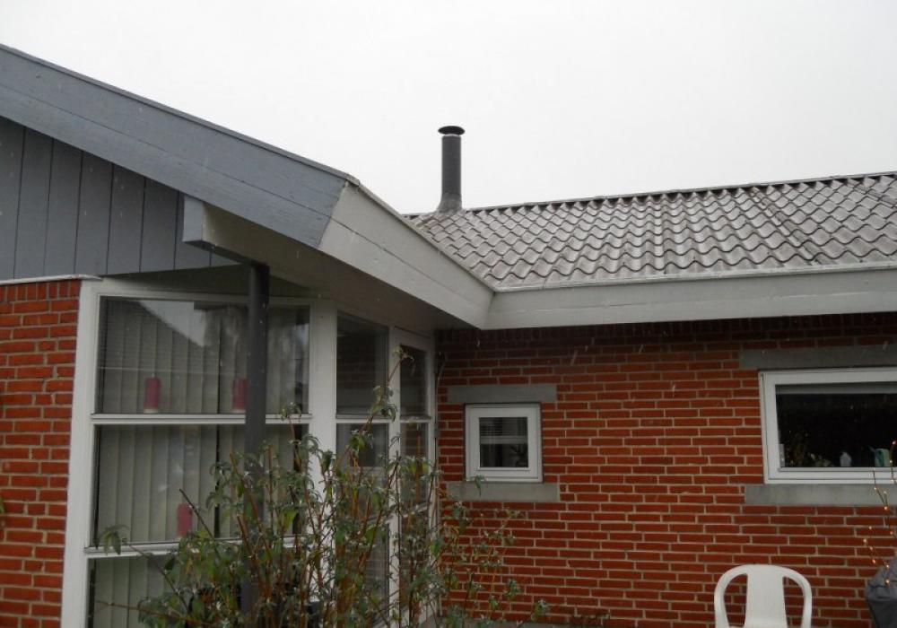 rødt murstenshus med sort tag